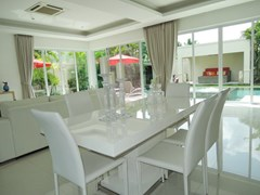 House for rent The Vineyard Pattaya showing the dining area poolside