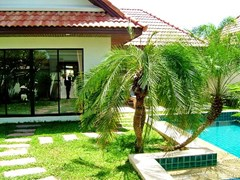 House for rent View Talay Villas Jomtien Pattaya showing the garden and pool