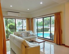 House for rent East Pattaya showing the living area poolside