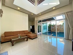 House for rent East Pattaya showing the living area pool view