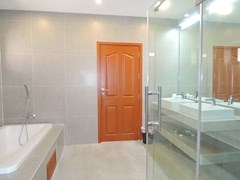 House for sale at Bangsaray Pattaya showing the master bathroom
