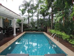 House for sale Huay Yai Pattaya showing the private swimming pool