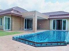 House for sale Huay Yai Pattaya showing the house and swimming pool
