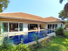 House for sale Jomtien Park Villas showing the house and pool