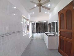 House for sale Jomtien Park Villas showing the master bathroom and Jacuzzi
