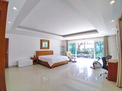 House for sale Jomtien Park Villas showing the master bedroom
