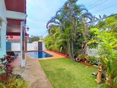House for sale Jomtien showing the garden and pool