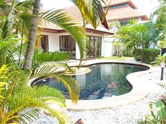 House for sale View Talay Villas Jomtien showing the house and pool