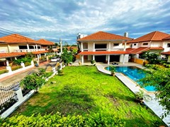 House for sale Jomtien showing the house, garden and pool