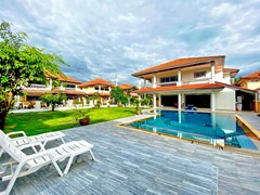House for sale Jomtien showing the terrace and pool