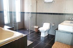 House for sale East Pattaya showing the master bathroom
