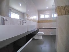 House for sale Pattaya Mabprachan showing the master bathroom