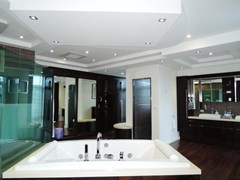 House for sale Pattaya Phoenix Golf Course showing the master bathroom