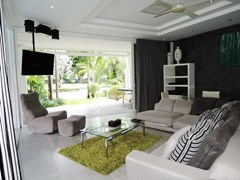 House for sale Pattaya Phoenix Golf Course showing the guest suite living room