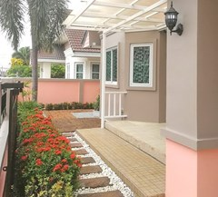 House for sale Pattaya showing the garden and terrace