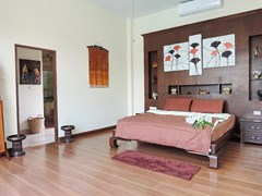 House for sale Pattaya showing the master bedroom suite