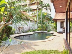 House for sale View Talay Villas Jomtien showing the pool and garden