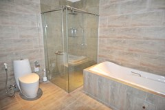 Condominium for rent Jomtien showing the master bathroom with bathtub