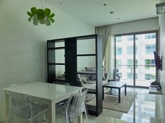 Condominium for rent Wongamat Pattaya showing the dining and living areas