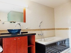 Condominium for Rent Central Pattaya showing the master bathroom with bathtub