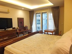 Condominium for Rent Central Pattaya showing the master bedroom with balcony