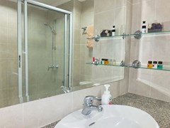 Condominium for rent Jomtien showing themaster bathroom