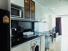 Condominium for rent Wong Amat Tower showing the kitchen and dining areas