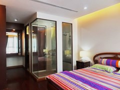 Condominium for Rent Pattaya showing the bedroom and built-in wardrobe