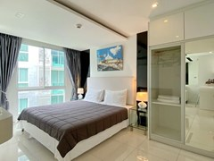 Condominium for rent Pattaya showing the bedroom with built-in wardrobes