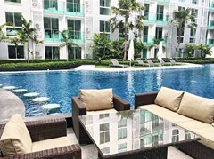 Condominium for rent Central Pattaya showing the communal pool and terrace