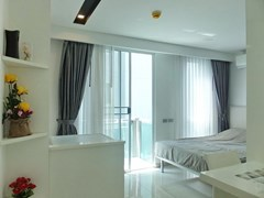Condominium for rent Central Pattaya showing the dining area and balcony