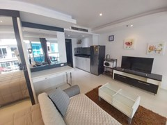 Condominium for rent Pattaya showing the living and kitchen areas