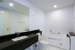 Condominium For Rent Pattaya showing the master bathroom