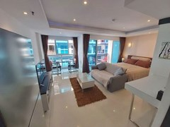 Condominium for rent Pattaya showing the studio suite and balcony