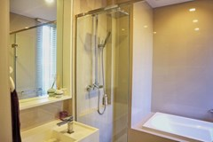 Condominium For Sale Wongamat showing the bathroom with bathtub