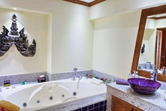 Condominium for sale Pratumnak Hill Pattaya showing the master bathroom
