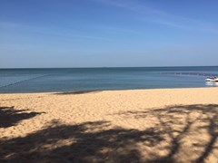 Condominium for sale Na Jomtien Pattaya showing the direct beach access