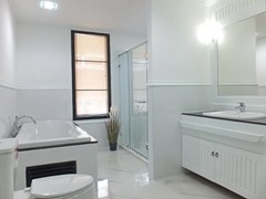 Condominium for sale Central Pattaya showing the bathroom with bathtub