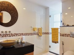 Condominium for Sale Pratumnak Hill showing the master bathroom