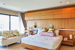 Condominium for sale Pratumnak Pattaya showing the master bedroom