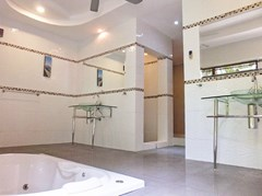 House for rent Pattaya showing the master bathroom