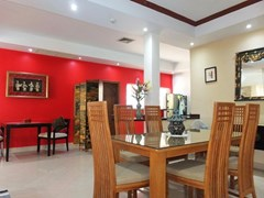 House for rent Jomtien at Jomtien Park Villas showing the dining area and kitchen