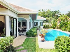 House for rent Jomtien at Jomtien Park Villas showing the house, garden and pool
