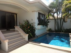 House for rent Jomtien Pattaya showing the house and pool