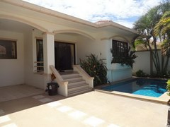 House for rent Jomtien Pattaya showing the house, carport and pool