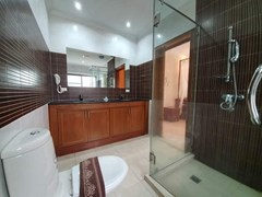 House for rent Jomtien Pattaya showing the master bathroom