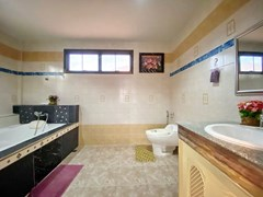 House for rent Jomtien showing the master bathroom