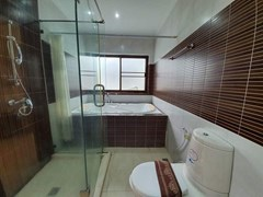 House for rent Jomtien Pattaya showing the master bathroom with bathtub