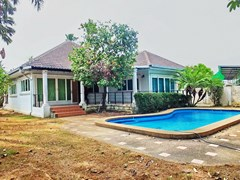 House for rent East Pattaya showing the house and swimming pool