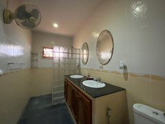 House for rent Mabprachan Pattaya showing the master bathroom